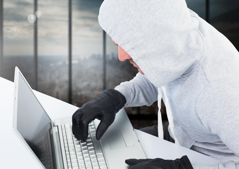 personne suspecte essayant d'utiliser un ordinateur portable